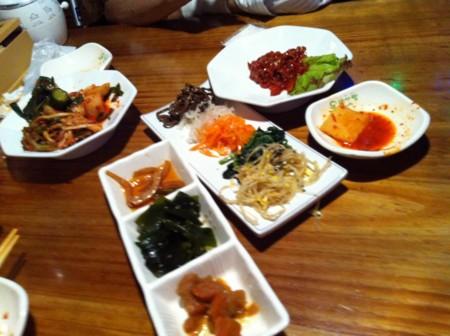 キムチやら前菜系、この後チヂミやサムギョプサル(お肉)を頂きました。
