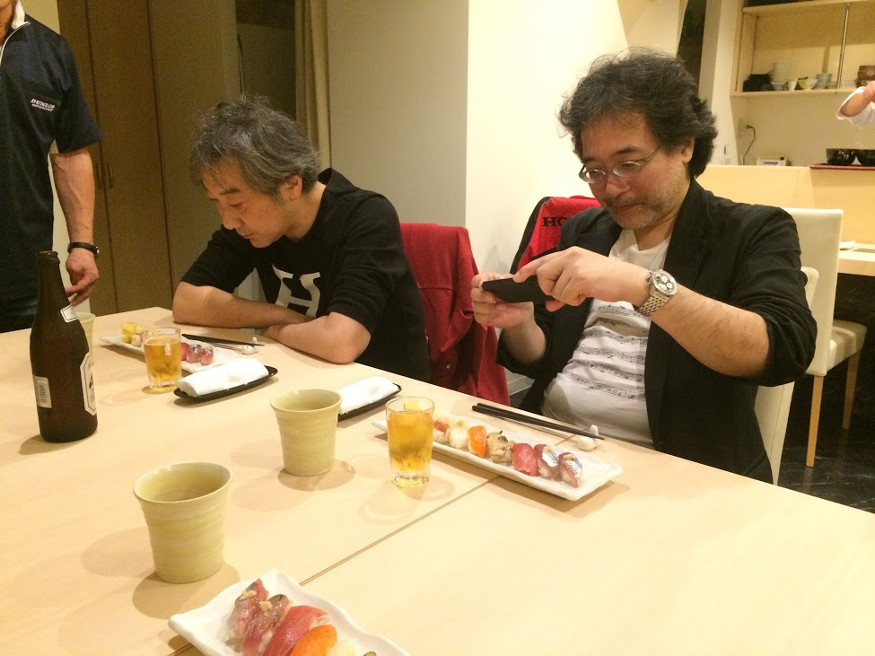 お寿司を食べる