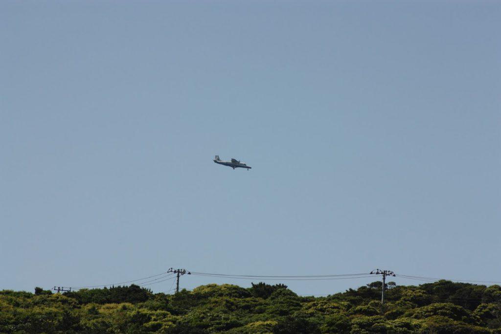 到着する飛行機