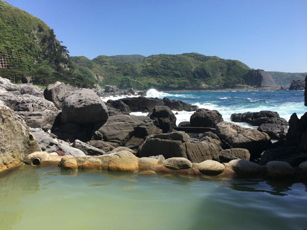 少露天風呂から海岸を眺める